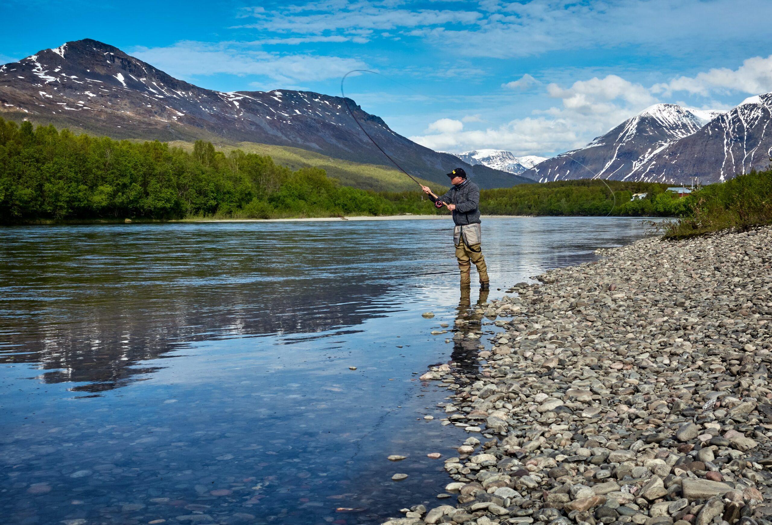 グラスマスター フライロッドのような竿で釣りをする人